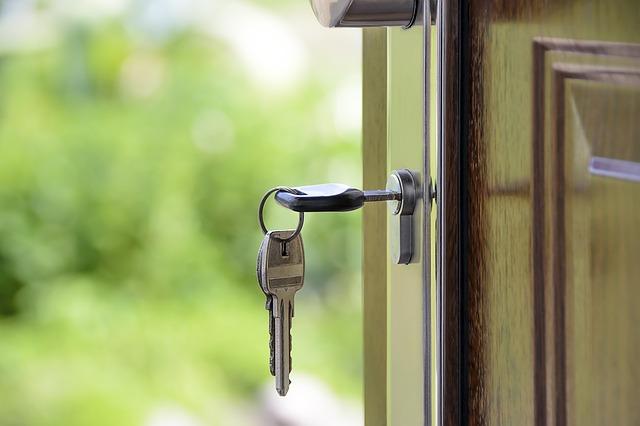 klíče ve dveřích domu.jpg