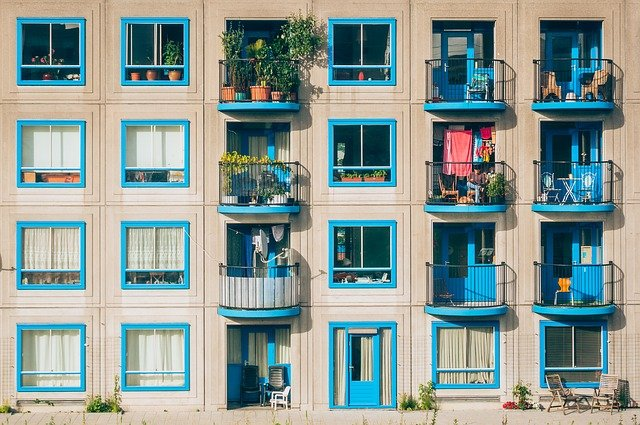 modré balkonové dveře