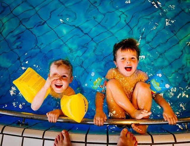 děti u kraje bazénu