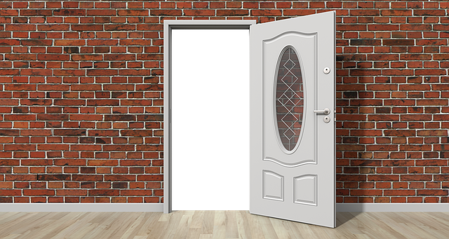 otevřené dveře do domu